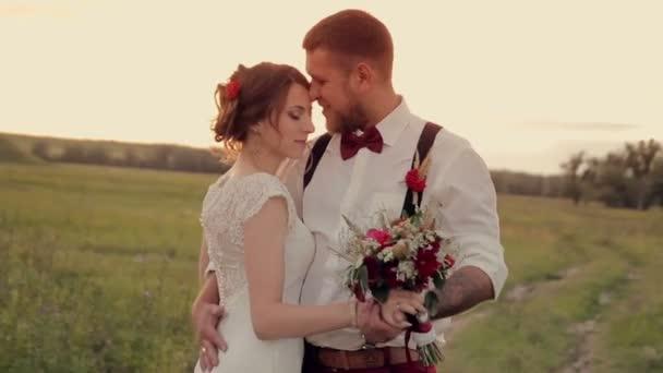 krásný mladý pár nevěsta a ženich stojí v parku při západu slunce a tanec