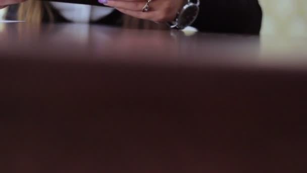 Fiatal gyönyörű lány szemüveg külsős vállalkozás működik távoli munkáját a tábla-PC, asztali telefon