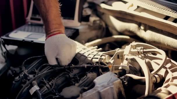 Autoservis, diagnostika počítače: mechanik hledá chyby v autě