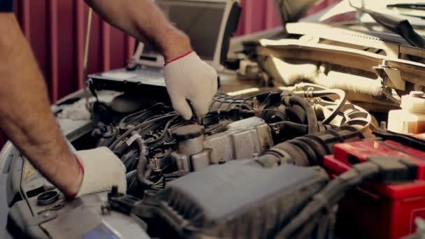 Service und Reparatur, Computer-Diagnose: ein Mechaniker überprüfen Sie das  Auto für Störungen und Fehlern