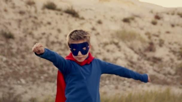 szuperhős fiú végigfut a hegyek, és próbálja meg repülni