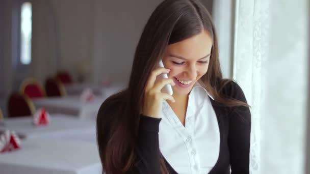obchodník pracující žena mluví po telefonu v pracovní skupině pozadí obchodní jednání café dívka smích