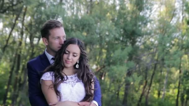 šťastný ženich a nevěsta tančí v parku v jejich svatební den. první Svatební tanec krásný mladý pár. svatby. Zelená příroda pozadí. zamilovaní lidé. žena a muž s úsměvem a tanec