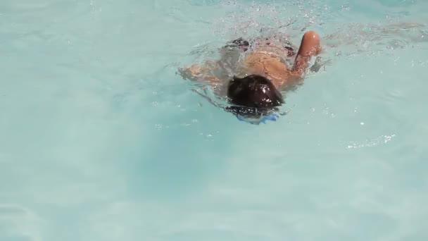 Junge schwimmt und taucht in den Pool, Wasserpark und Spritzwasser