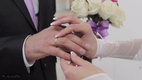 gyűrűs menyasszony vőlegény ruha, gyűrűk, közelkép, esküvő, menyasszony és a vőlegény kezét, romantika és a hagyomány, a szeretet