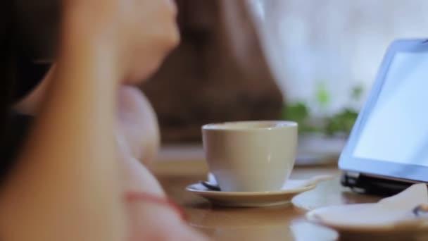 šálek kávy na stole
