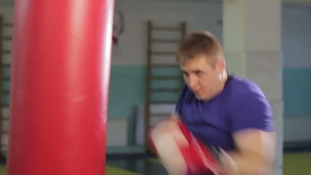muž v boxu hall