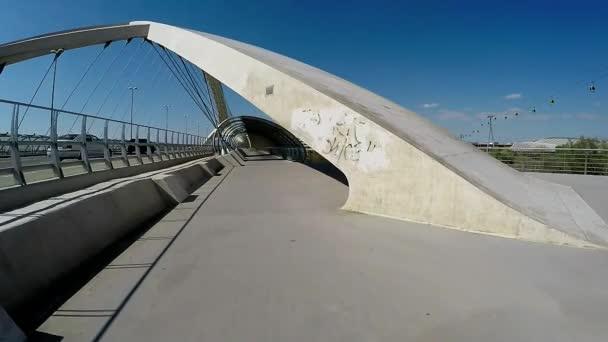 Langsame Bewegung auf der Schrägseilbrücke an einem sonnigen Tag