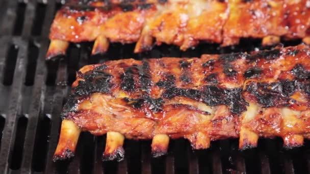 Spareribs Grillen Gasgrill Dauer : Spareribs auf einen grill u stockvideo stockfoodgmbh