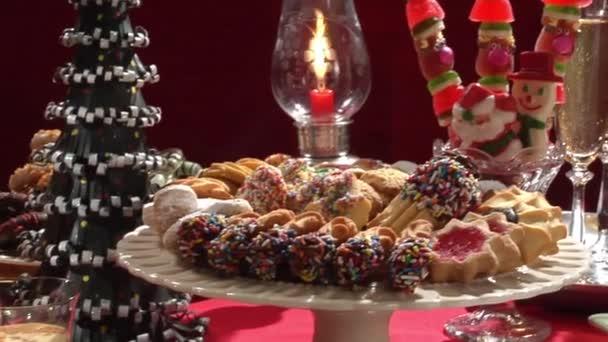 Buffet Di Dolci Di Natale : Buffet di dolci di natale con casetta di panpepato u video stock