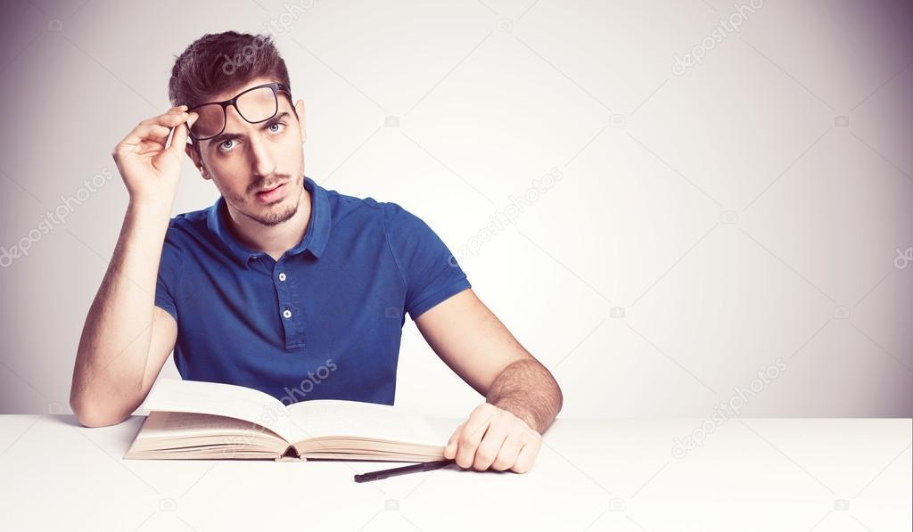 Estudiante Confundido No Entender Leyendo Un Libro