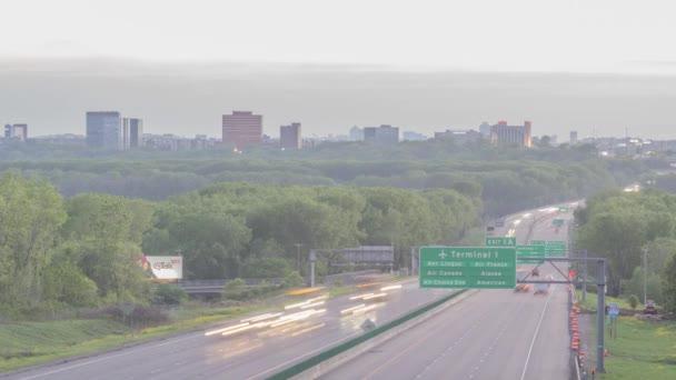 BLOOMINGTON, MN - MÁJUS 2020 - Egy teleobjektíves felvétel a Bloomington Skyline és a Highway Traffic Trails külvárosi tömörítéséről a tavaszi szürkület 4K UHD Timelapse alatt