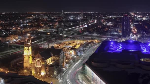 Vysokoúhlá dlouhá expozice jižního Minneapolis Cloverleaf Highway Interchange mezi osvětlenými budovami 4K UHD Včas