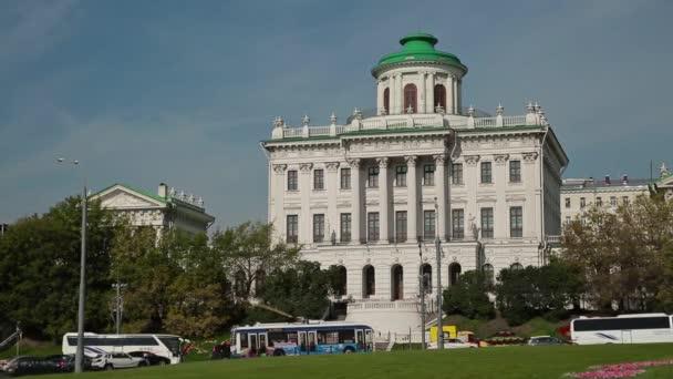 Následují Paškovův dům, Mokhovaya street, Moskva