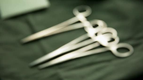 Chirurgické nůžky ležící na chirurgickém stole