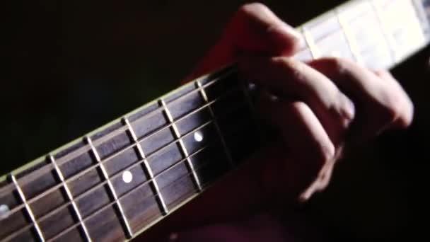 Hrál na kytaru. Kde se drnká kytara prsty hudebníka