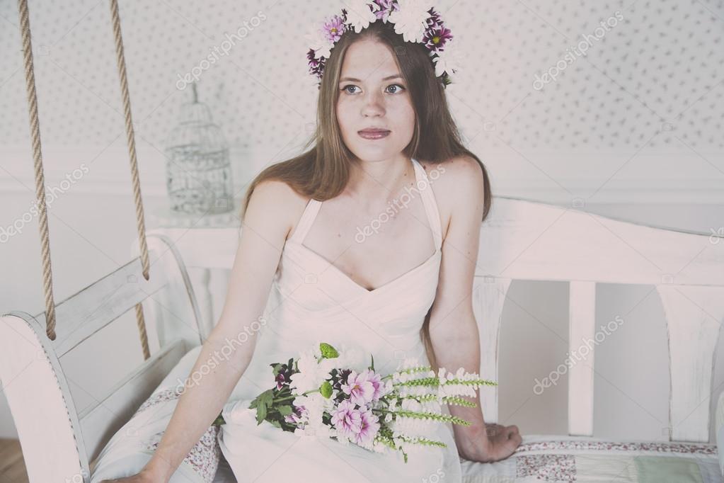 Schone Junge Und Lebensfroh Blonde Braut Allein Mit Hochzeitsstrauss