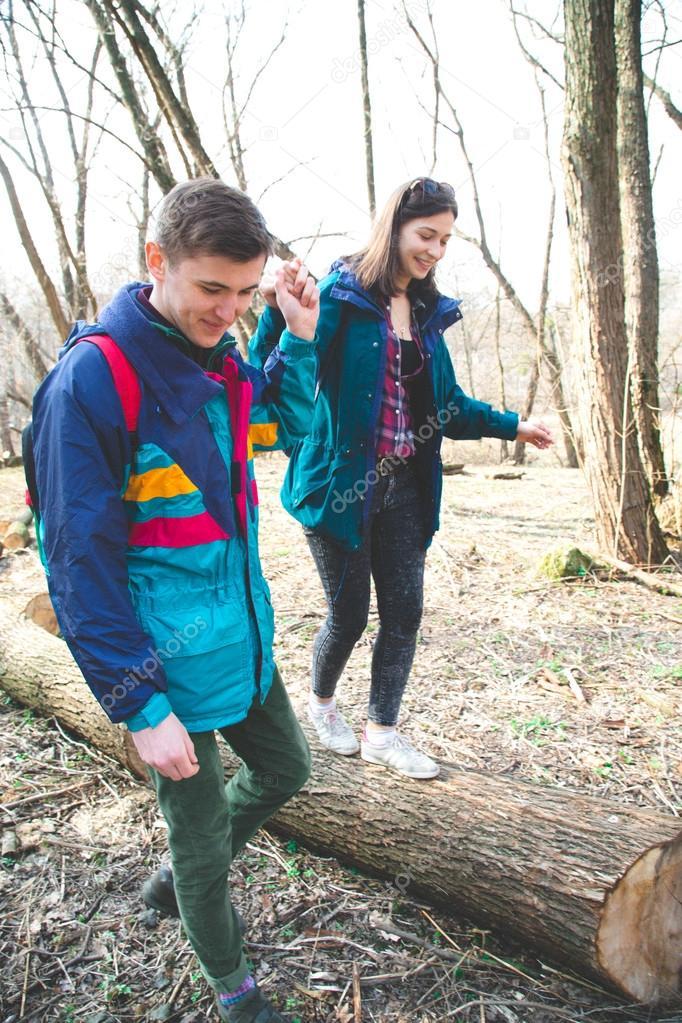Лес парень и девушка