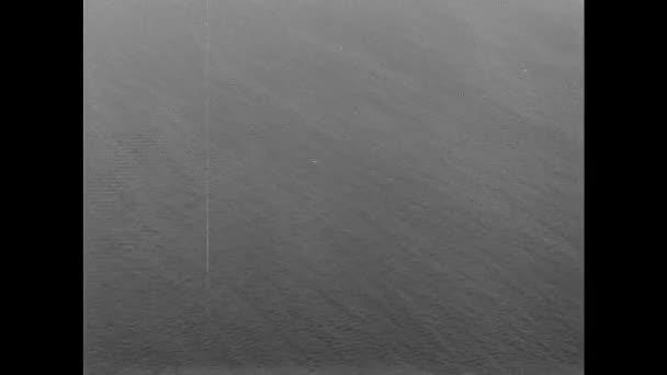 1940: Letecký pohled na vodu, poškozené lodě.
