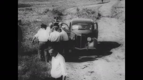 Chicago 30. let 20. století: Muži nesou muže k autu.