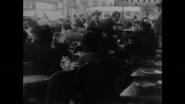 1940: dvoupatrový autobus. Číšník prochází kavárnou. Popáleniny z budov. Děla střílejí. Vojáci projíždějí hořící budovou. Mapa ukazuje vzdálenost mezi Mandžuskem a Spojenými státy. Pochod vojáků.