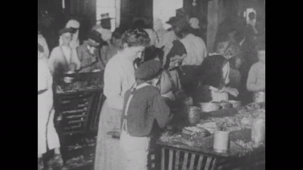 60. léta: fotografie: děti a ženy zpracovávající a konzervárenskou zeleninu, děti pracující u strojů v továrnách a mlýnech