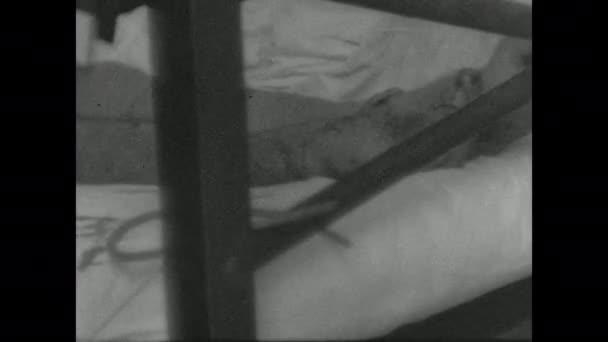 1940-es évek: kórház. Kötött férfi feküdt az ágyon. Az ember feláll. Oxigéntartály.