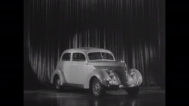 1930-as évek: Színpadon áll az autó.