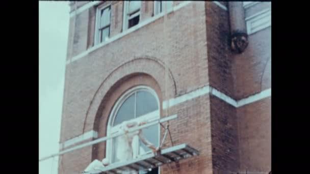 1940: UNITED STATES: Court house building in town. Nový hasičský vůz v Buchananském městě. Policejní náčelník stojí u auta. Policejní pokec na ulici