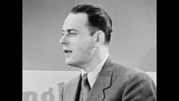 1940-es évek: az ügynök beszél. Az ügynök beszél a nőkkel. Az eladó vákuumfogantyús pozíciókat mutat..