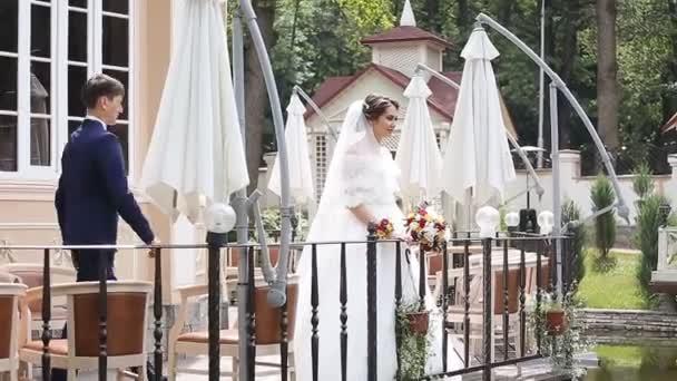 Vőlegény és a menyasszony a parkban