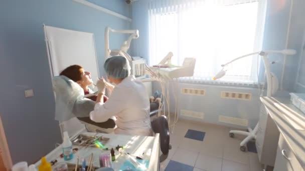 Zubař v práci v kanceláři