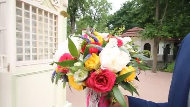 ženich dává nevěsta krásná svatební kytice.