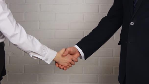 těsných li podnikatel a podnikatelka potřesení rukou