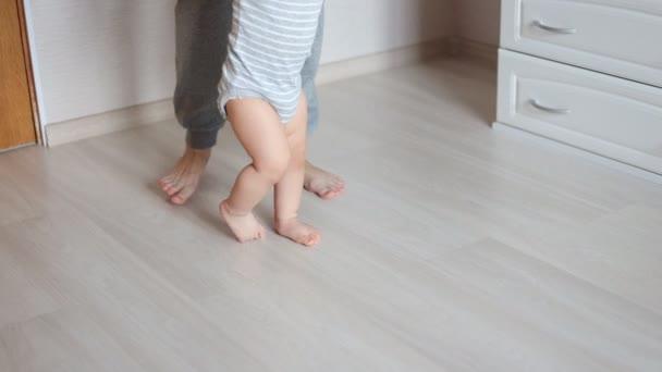 Matka a dítě nohy. První kroky