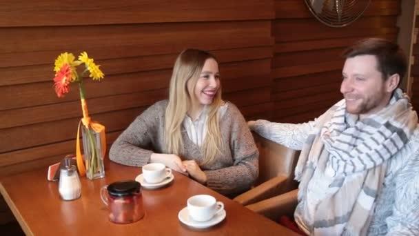 Usmívající se pár v kavárně