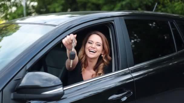 Nő vezető, aki neki új autó vezetés autós kulcsok.