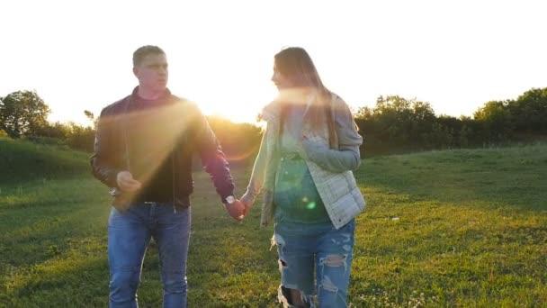 Milovníci pěší v poli při západu slunce