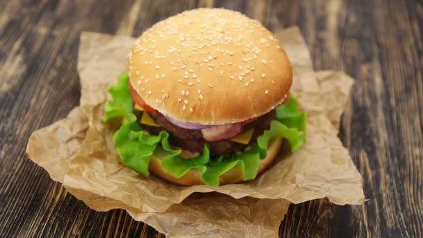 Burger na dřevěný stůl