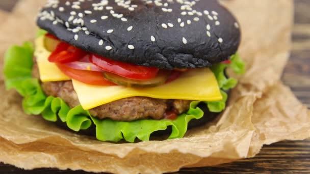 Černá burger na dřevěný stůl