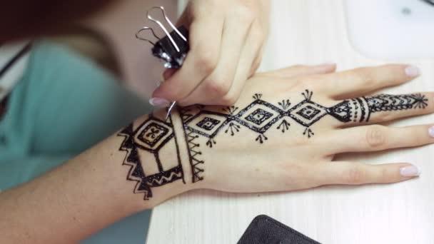 A nők kezében Henna tetoválás