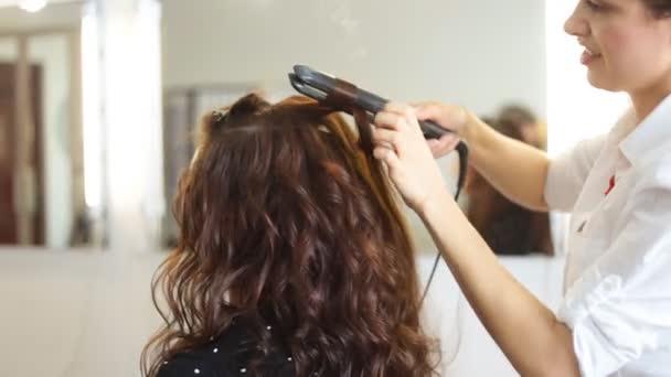 fiatal nő, és a haj vas így frizurát fodrászat fodrász