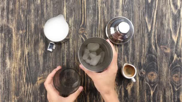 Takže kávu koktejl: pohled shora
