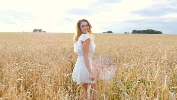 Fiatal nő a lány fut a területen fehér ruha