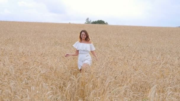 krásná žena, utekl v pšeničné pole