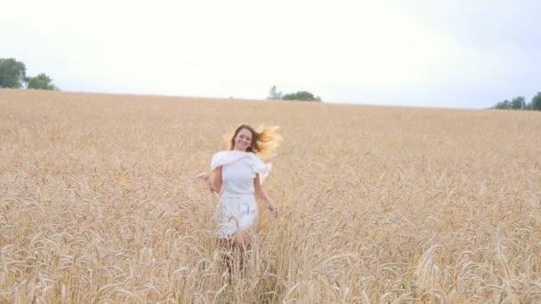 Dívka mladá žena v bílých šatech na pole