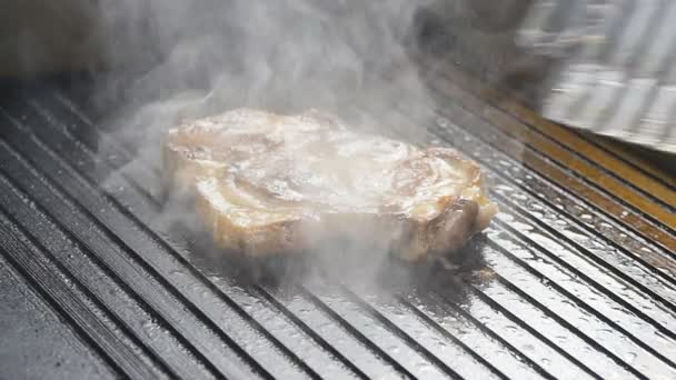 Kuchař se objeví steak masa na grilu v pomalém pohybu