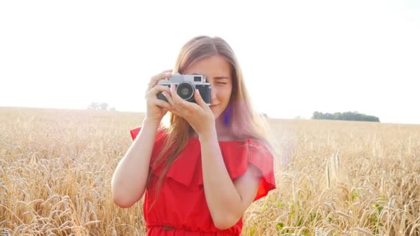 Žena s retro kamerou