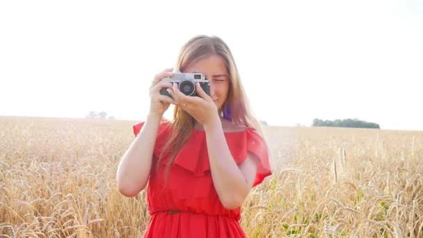 Frau mit Retro-Kamera