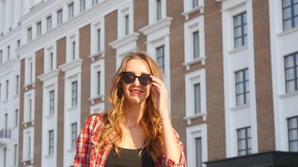 Dívka s úsměvem v sluneční brýle